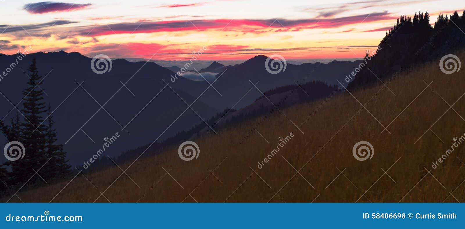 Панорама захода солнца от холма урагана в олимпийском национальном парке, штате Вашингтоне