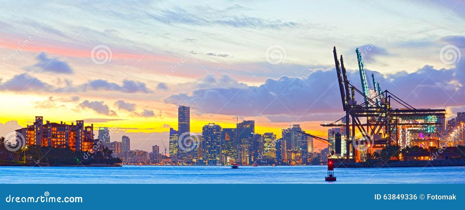 Панорама захода солнца порта Майами, острова Fisher и городского