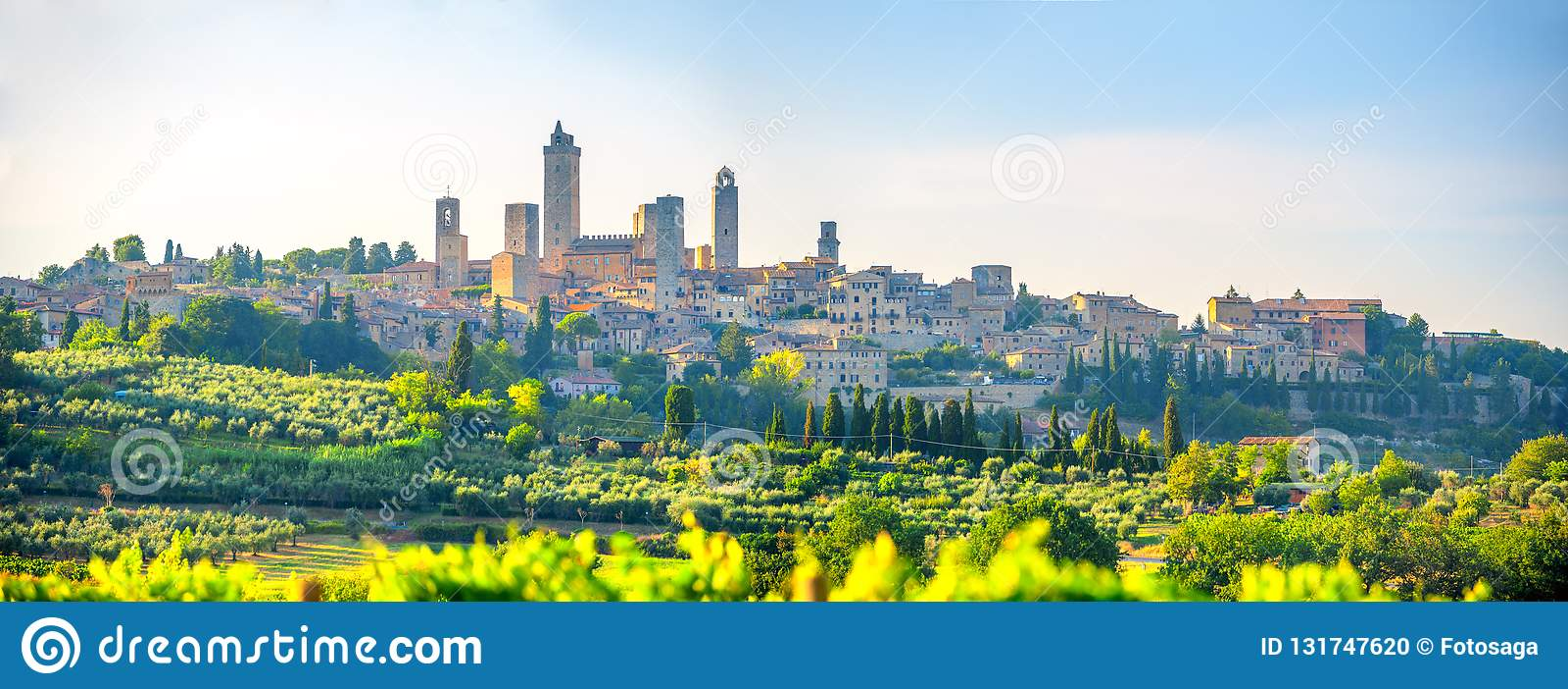 Панорама красивого древнего города Сан Gimmignano на заходе солнца, Тоскане, Италии