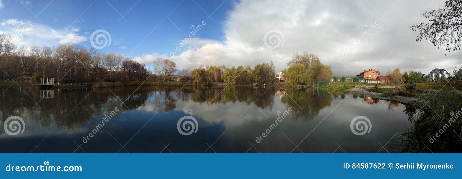 Панорама красивого озера осени
