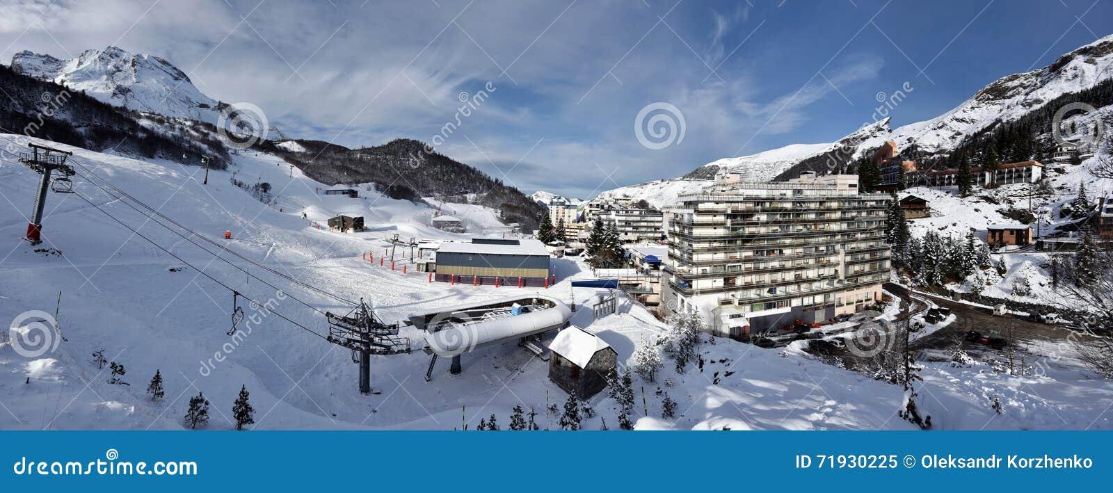 Панорама курорта спорта зимы Gourette в Bearn Пиренеи