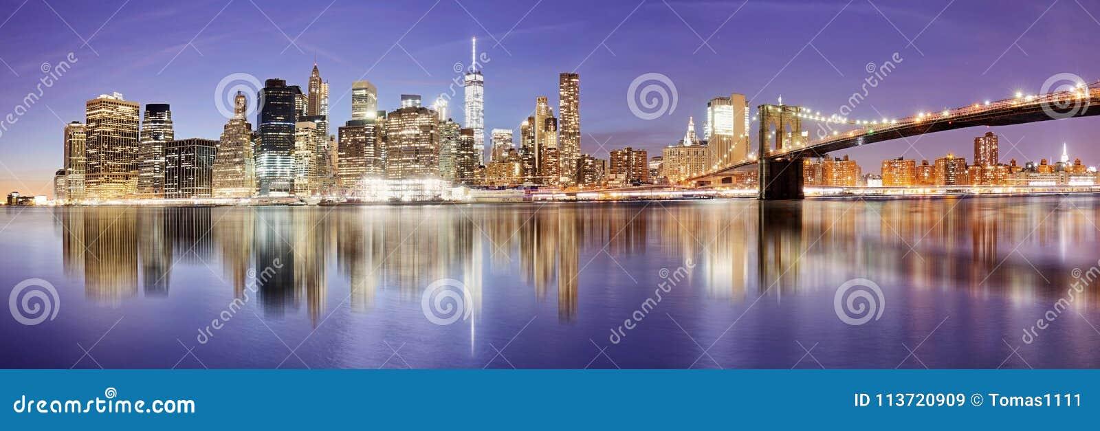 Панорама Нью-Йорка с Бруклинским мостом на ноче, США
