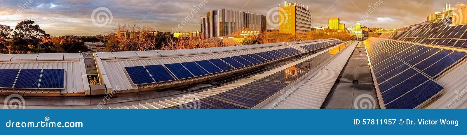Панорама панелей солнечных батарей на крыше