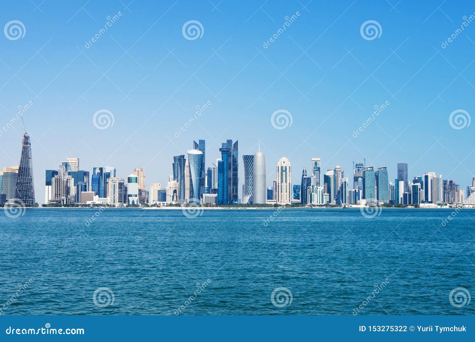 Панорама современных небоскребов в Дохе, Катаре