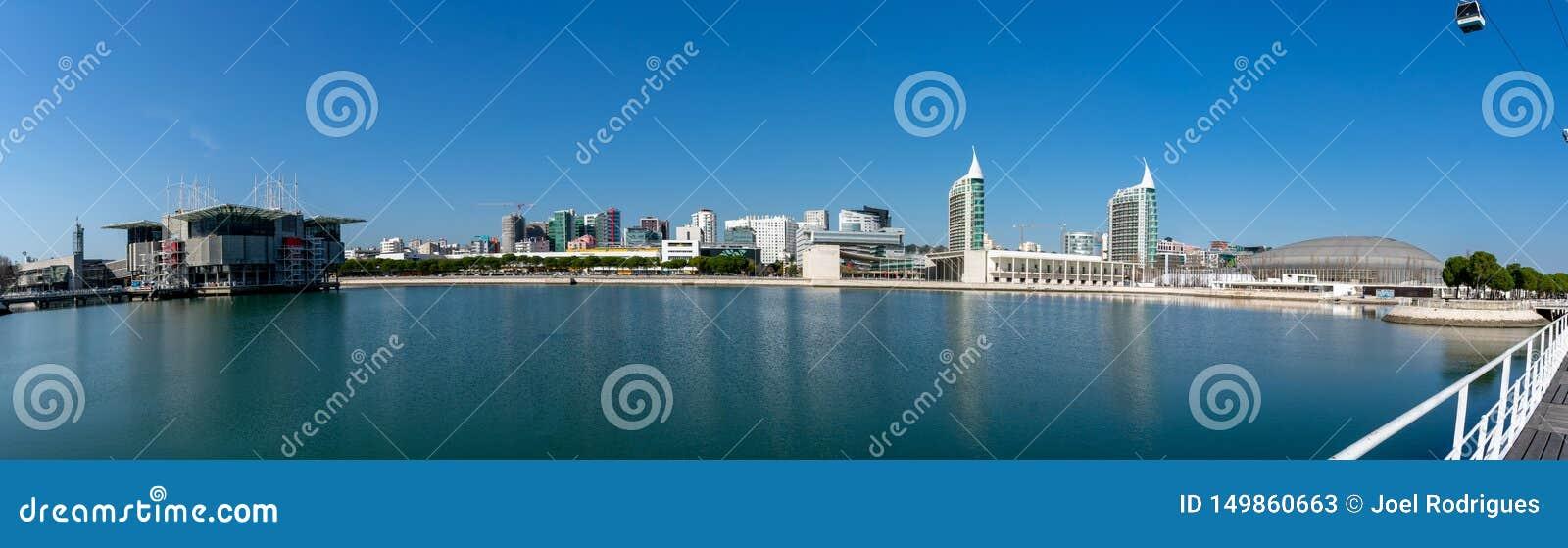 Панорама parc наций в Лиссабоне, показывающ аквариум и смежный городской пейзаж