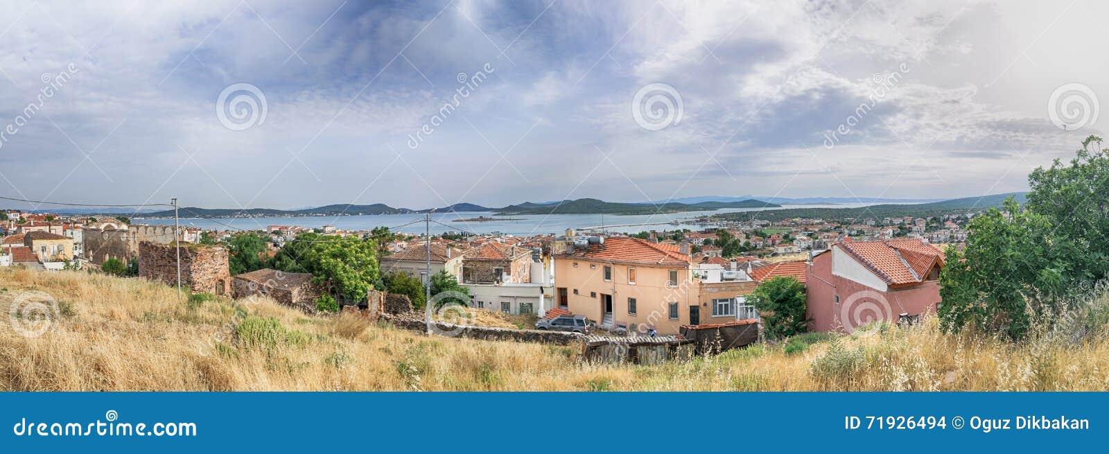 Панорама Seascape touristic городка, острова Cunda Alibey, Ayvalik Это малый остров в никаком