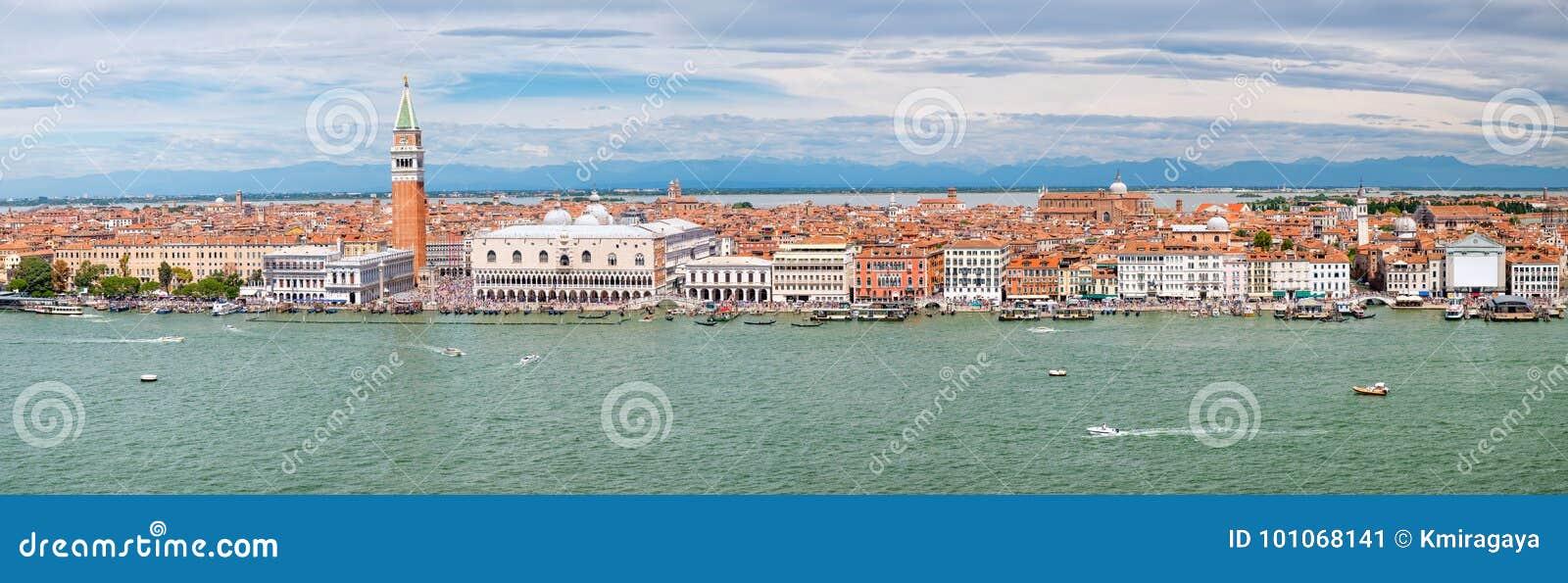 Панорамный взгляд города Венеции включая St Mark & x27; квадрат s и грандиозный канал