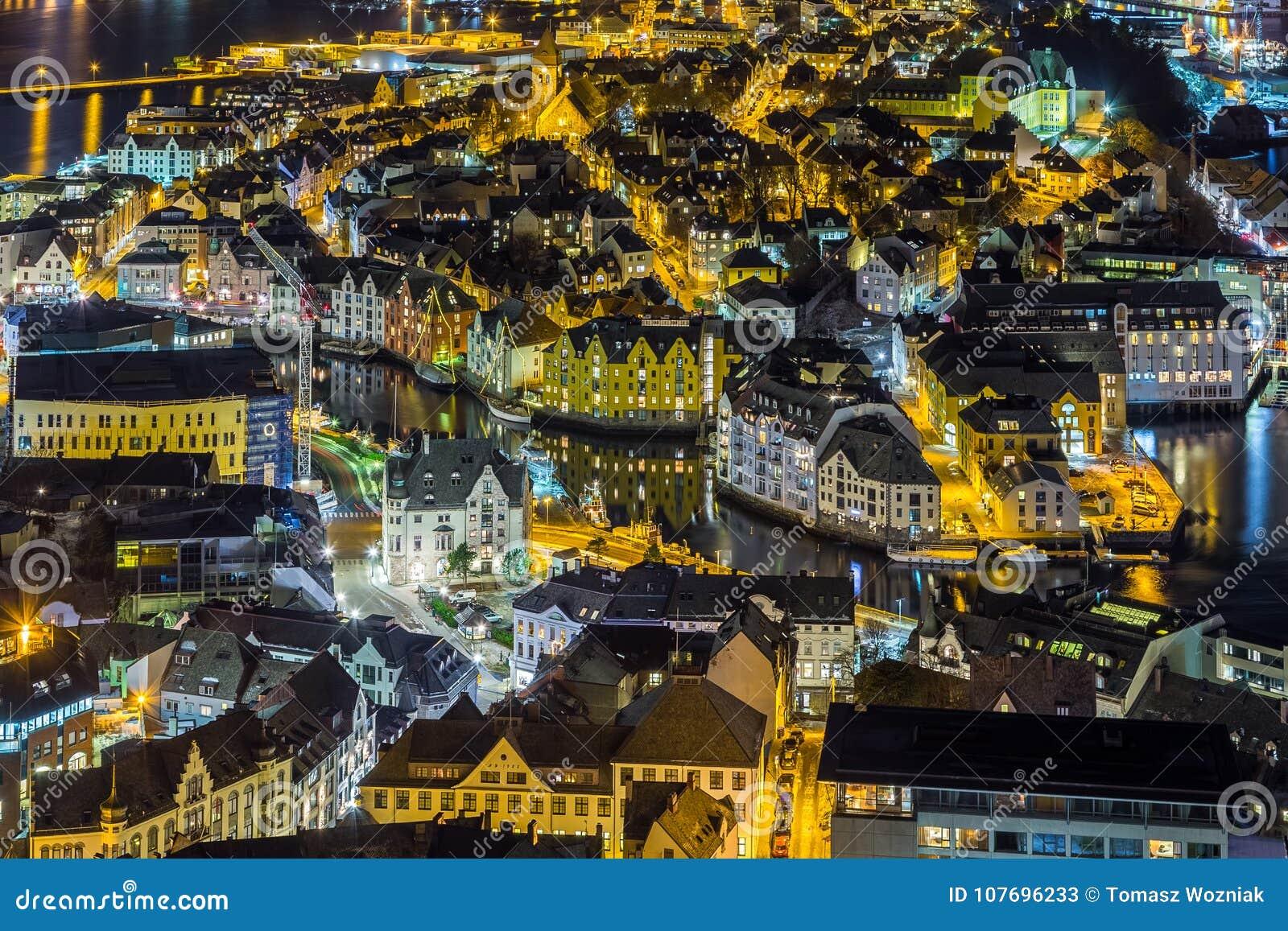 Панорамный взгляд городка Alesund к ноча от холма Aksla