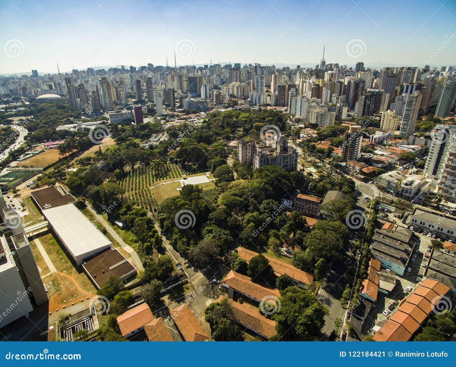 Панорамный взгляд зданий и домов района Vila Mariana в São Paulo, Бразилии