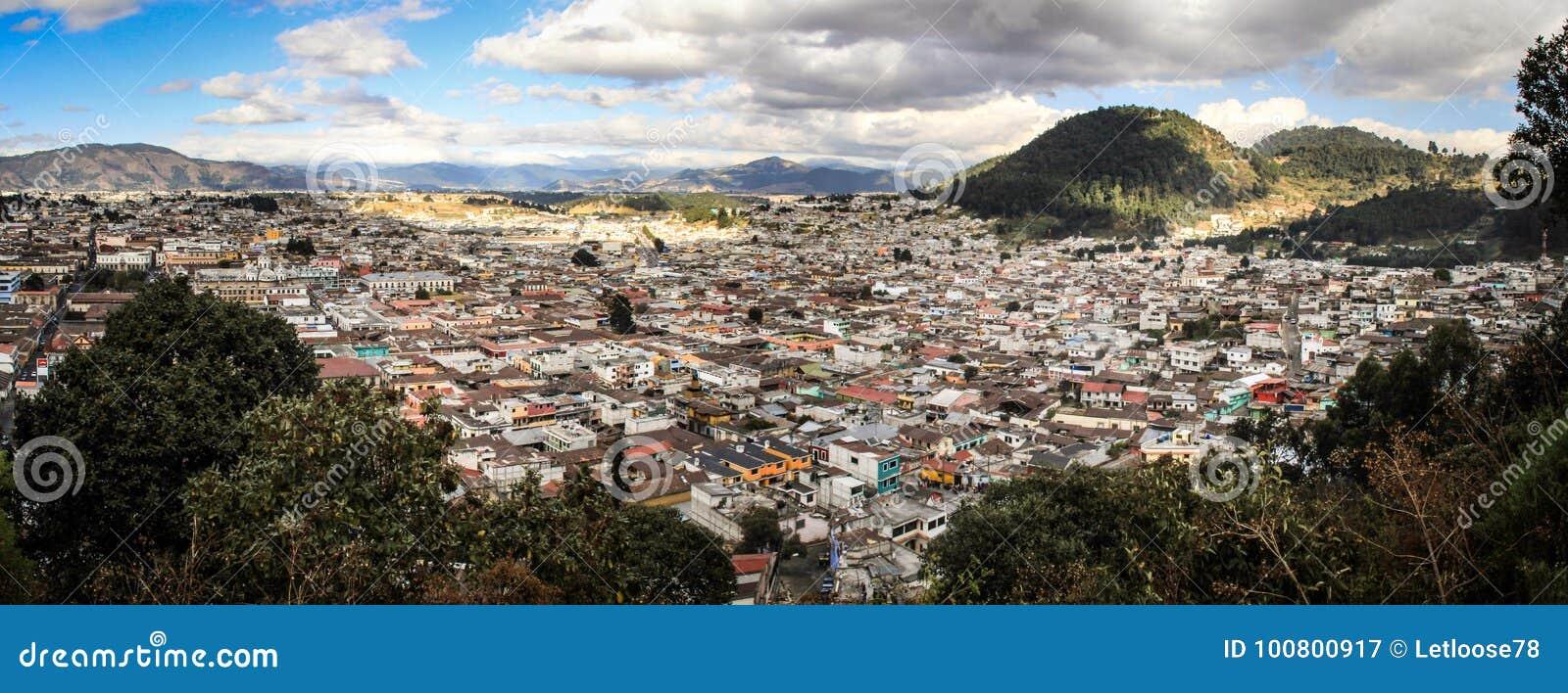Панорамный взгляд на Quetzaltenango, приходя вниз от Cerro Quemado, Quetzaltenango, Altiplano, Гватемала