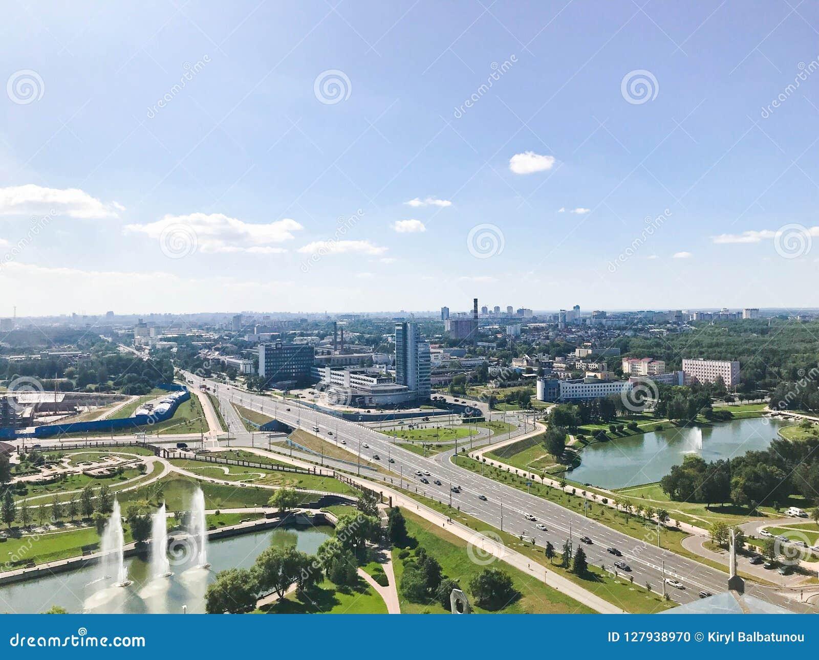 Панорамный взгляд от большой высоты на красивой столице, городе с много дорог и многоэтажных зданиях
