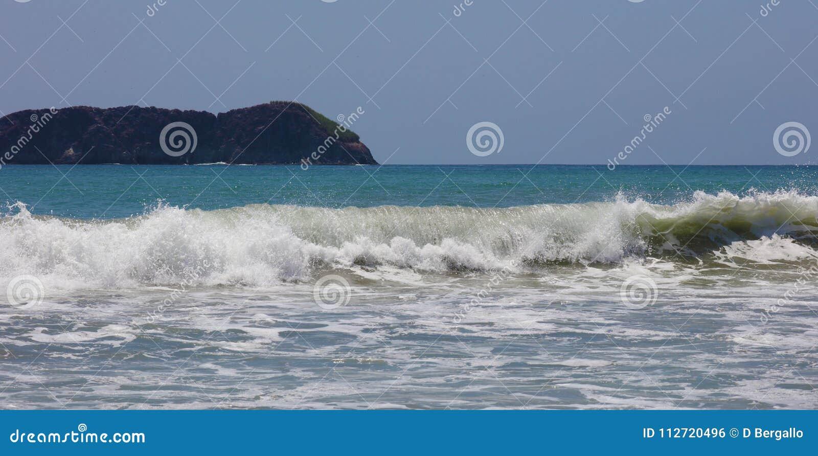 Панорамный взгляд пляжа национального парка Манюэля Антонио в Коста-Рика, большинств красивых пляжах в мире, серфер приставает к