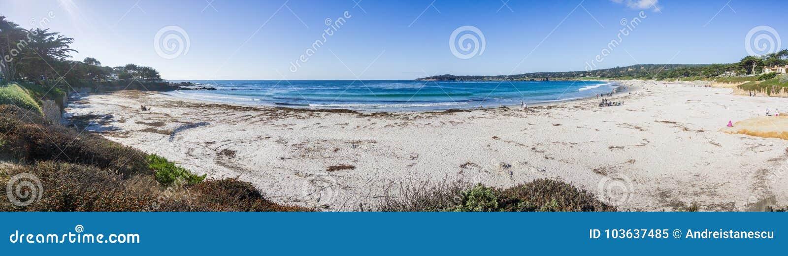 Панорамный взгляд пляжа положения Carmel, полуострова Carmel---моря, Монтерей, Калифорнии