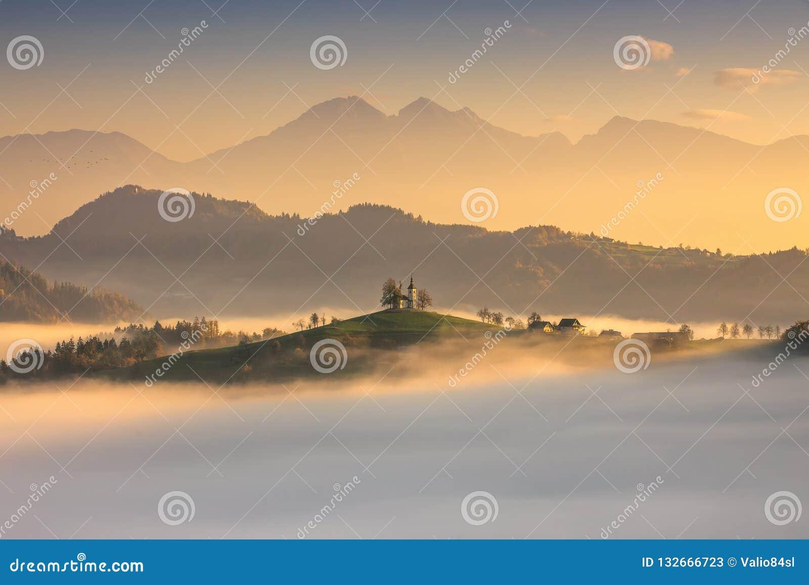 Панорамный взгляд церков Tomas Святого, Словении