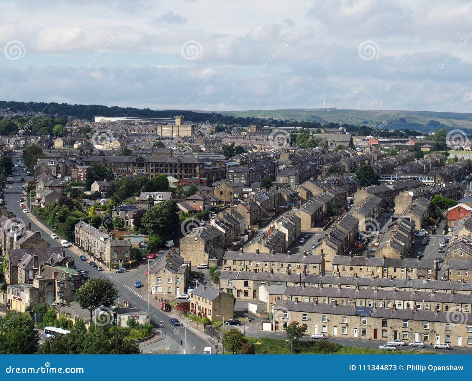 Панорамный взгляд Halifax в Западном Йоркшире с строками террасных дорог и окрестностей зданий улиц