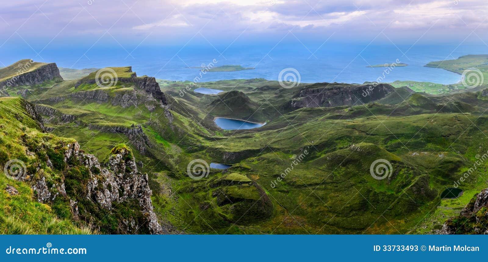 Панорамный взгляд береговой линии Quiraing в шотландских гористых местностях