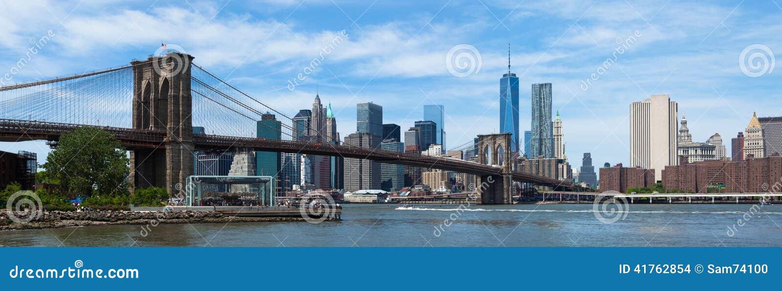 Панорамный взгляд более низких Манхаттана и Бруклинского моста в новом Yor