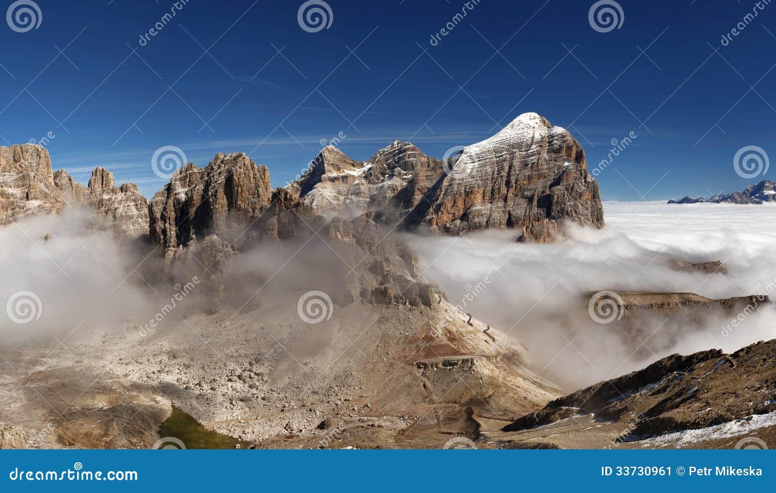 Панорамный взгляд итальянки Dolomities - соберите Tofana
