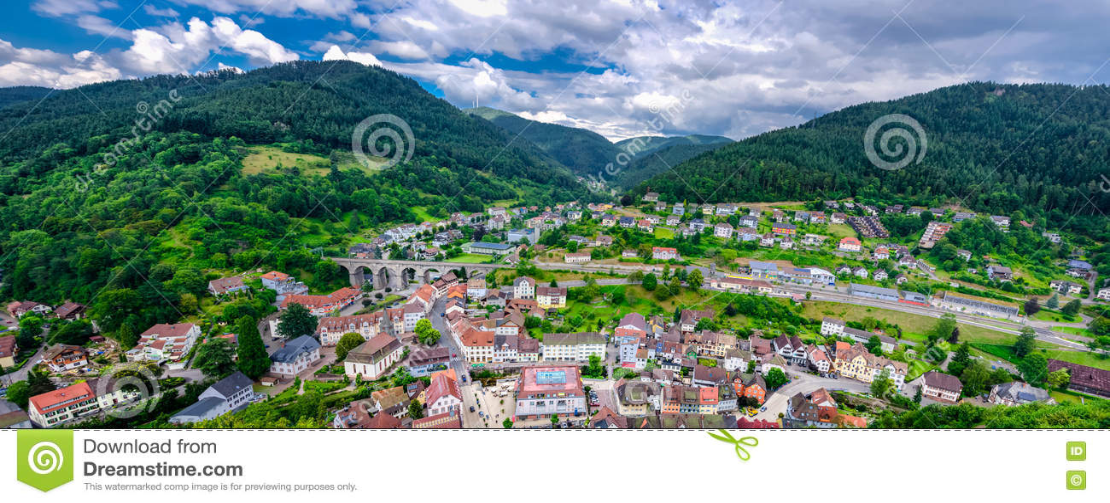 Панорамный взгляд на Hornberg в горах черного леса, земле Бадена Wurttemberg, Германии