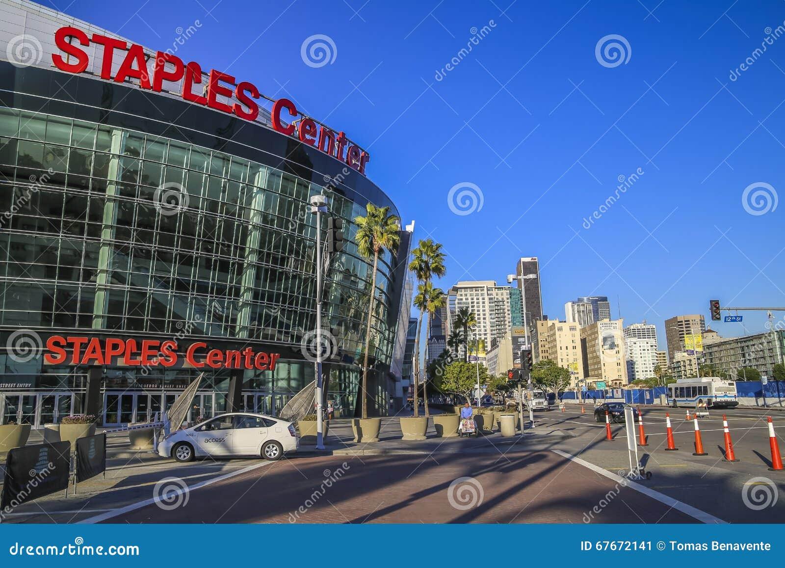 Панорамный взгляд Staples Center и городского Лос-Анджелеса