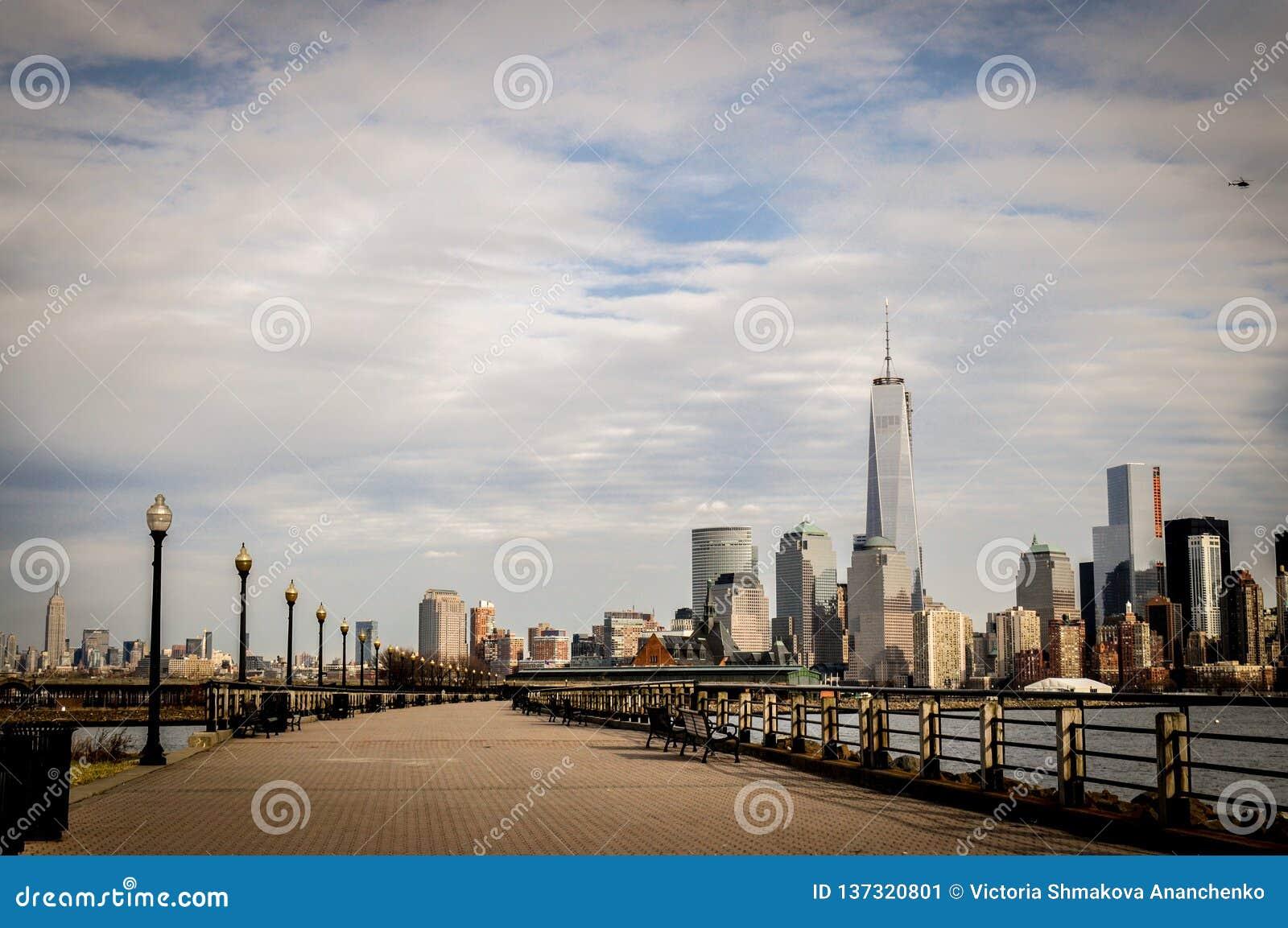 Панорамный вид более низкого Манхэттена от Jersey City, NY, США от парка