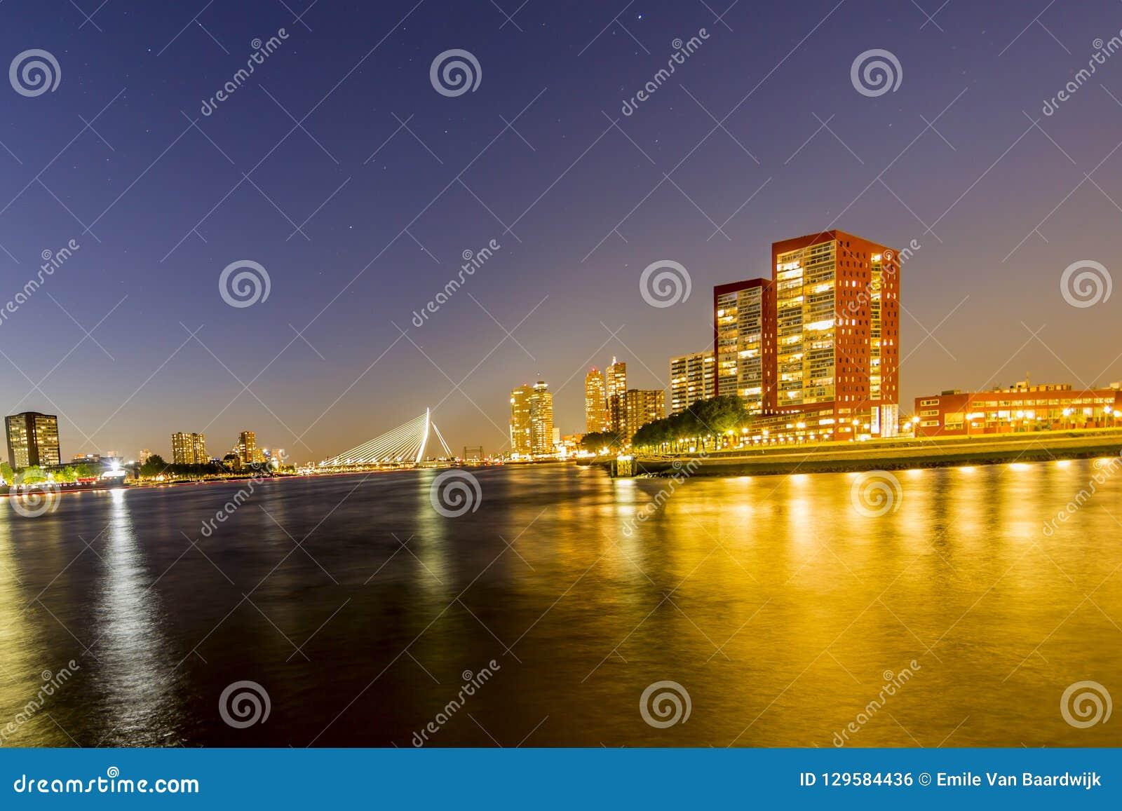 Панорамный вид в ночи моста Erasmus