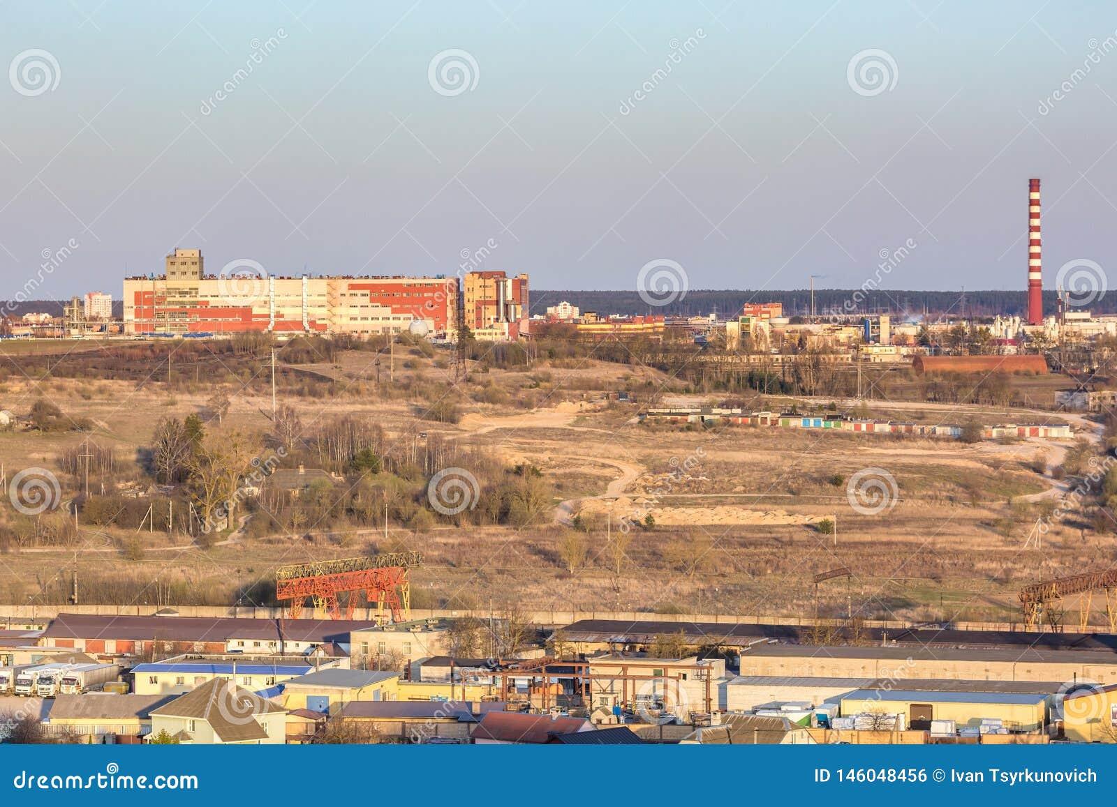 Панорамный вид на квартале городского развития зоны здания деревни жилом в вечере от взгляда глаза птицы