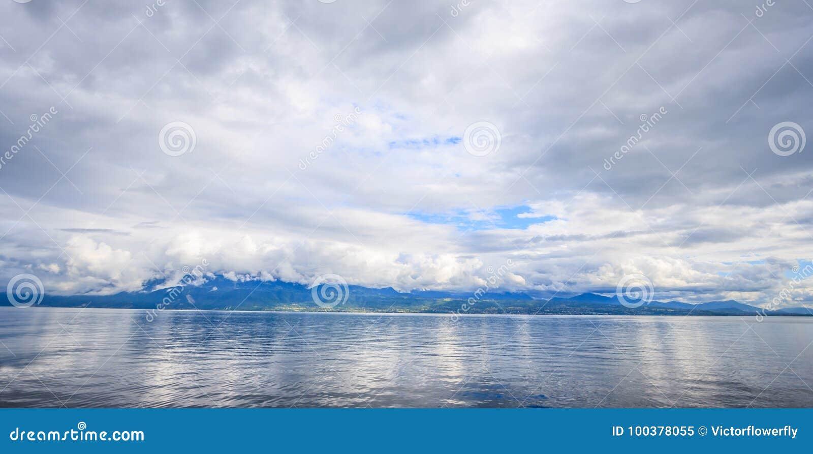 Панорамный вид на озеро Женева, одно из ` s Швейцарии большинств курсированные озера в Европе, Во, Швейцарии Дизайн для предпосыл