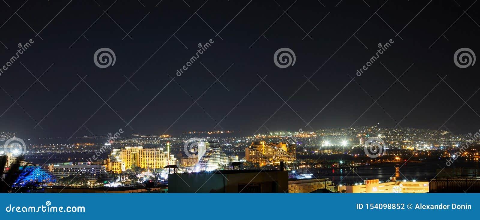 Панорамный вид на центральном общественном пляже Eilat - известного курортного города