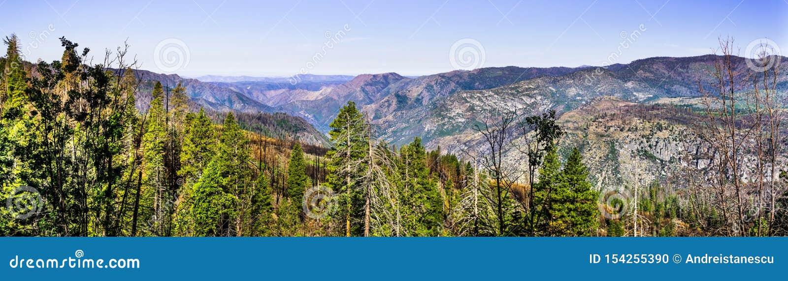 Панорамный вид областей национального парка Yosemite и Mariposa County, Калифорния, поврежденной огнем Ferguson летом 2018