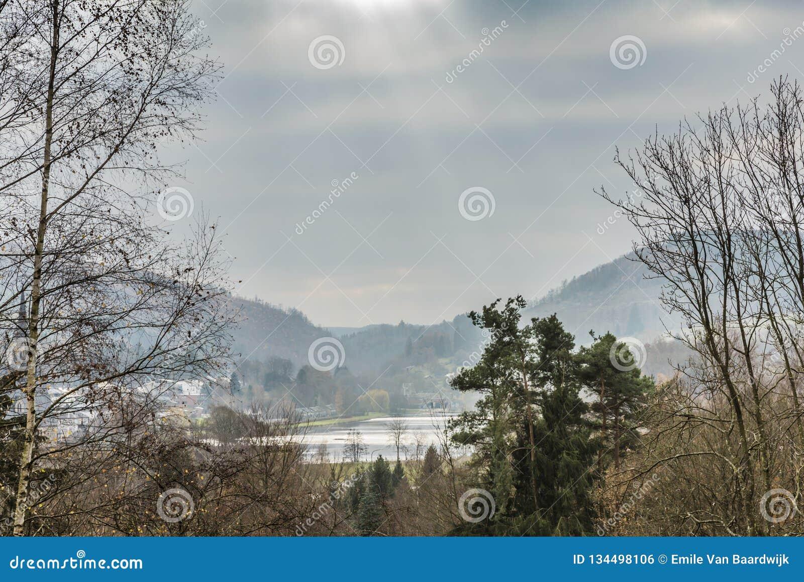 Панорамный вид солнечных лучей отражая в озере Doyards