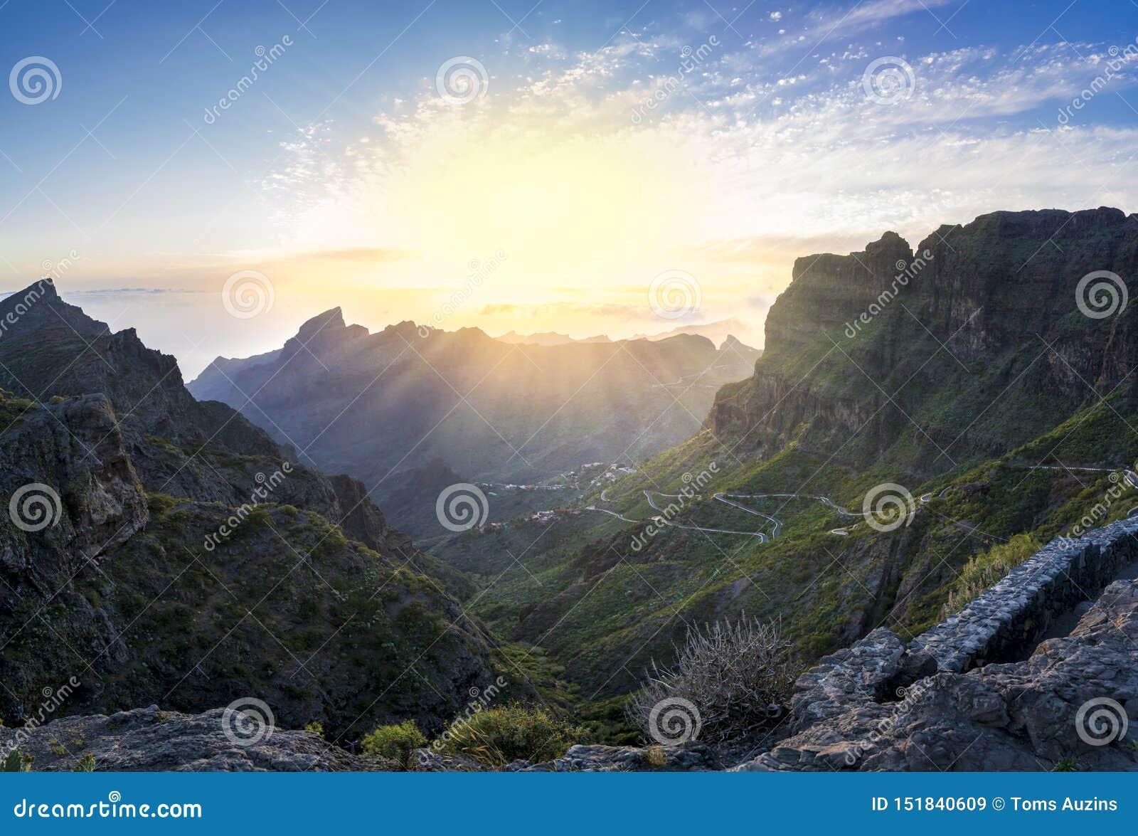 Панорамный вид с воздуха над деревней Masca, посещать достопримечательностью