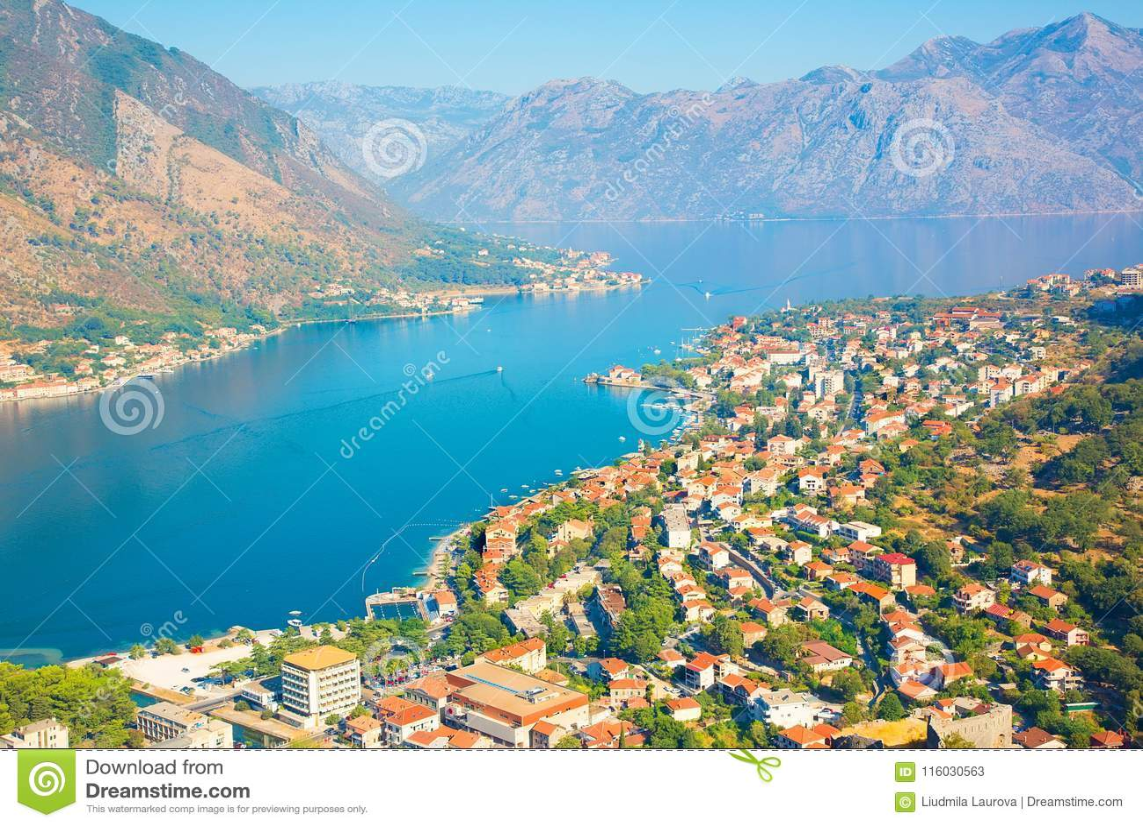 Панорамный вид с воздуха Kotor и Boka Kotorska преследуют, Черногория