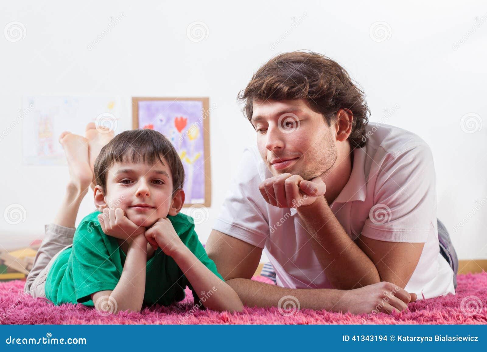 Папа и сын отдыхая на ковре
