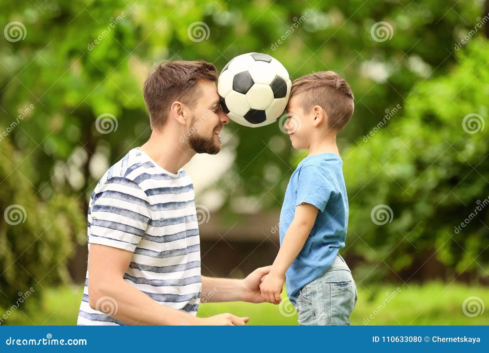 Папа и сын с футбольным мячом