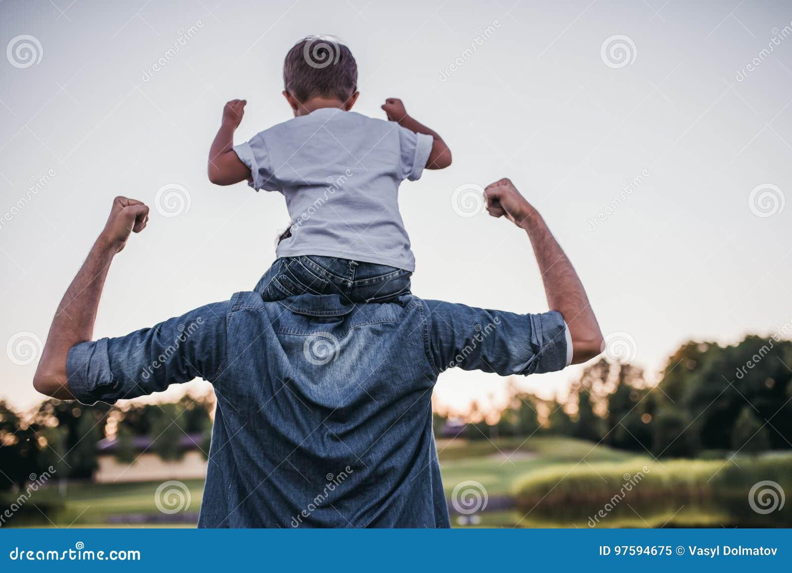 Папа при сын играя бейсбол