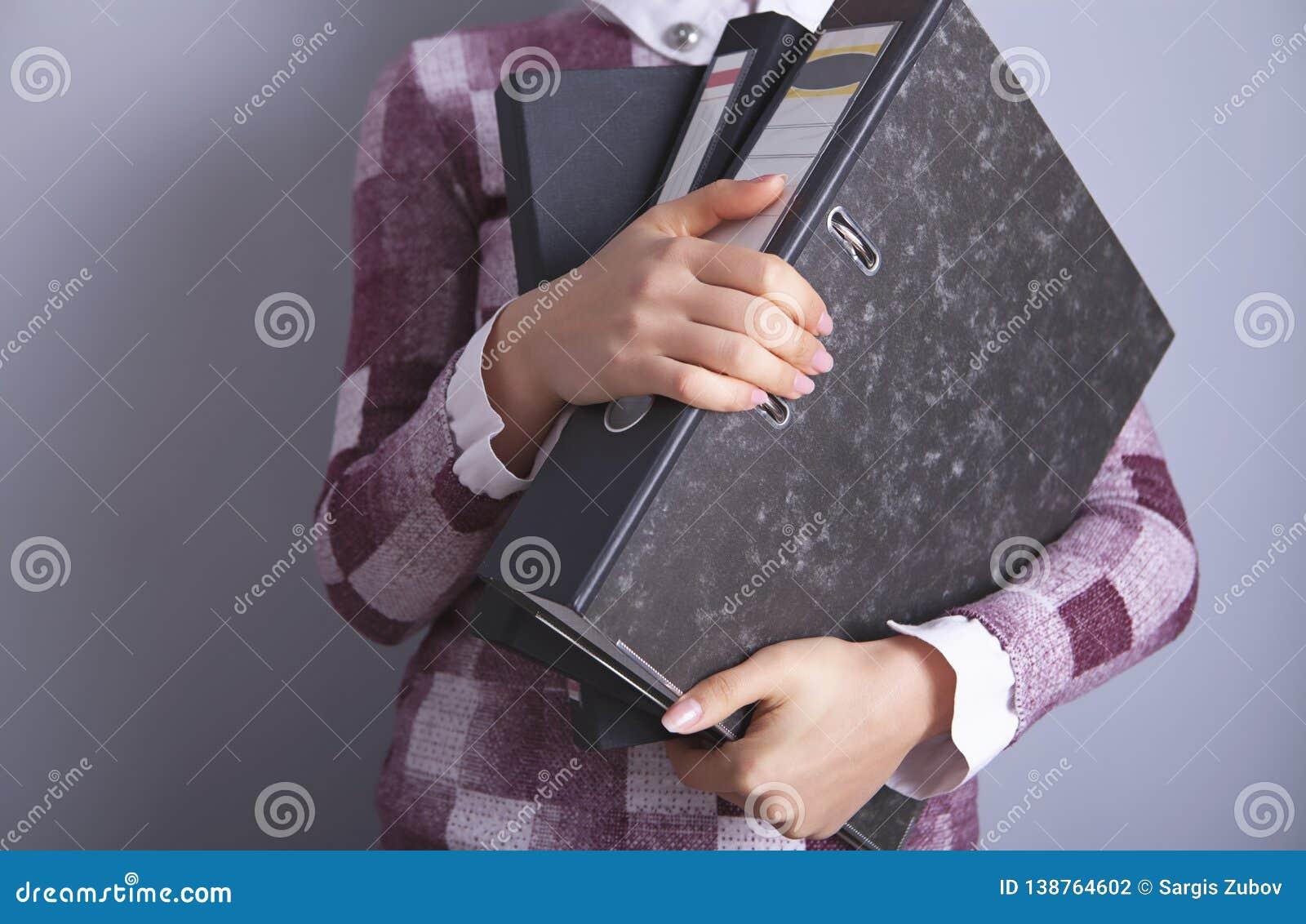 Папки коммерсантки в руке