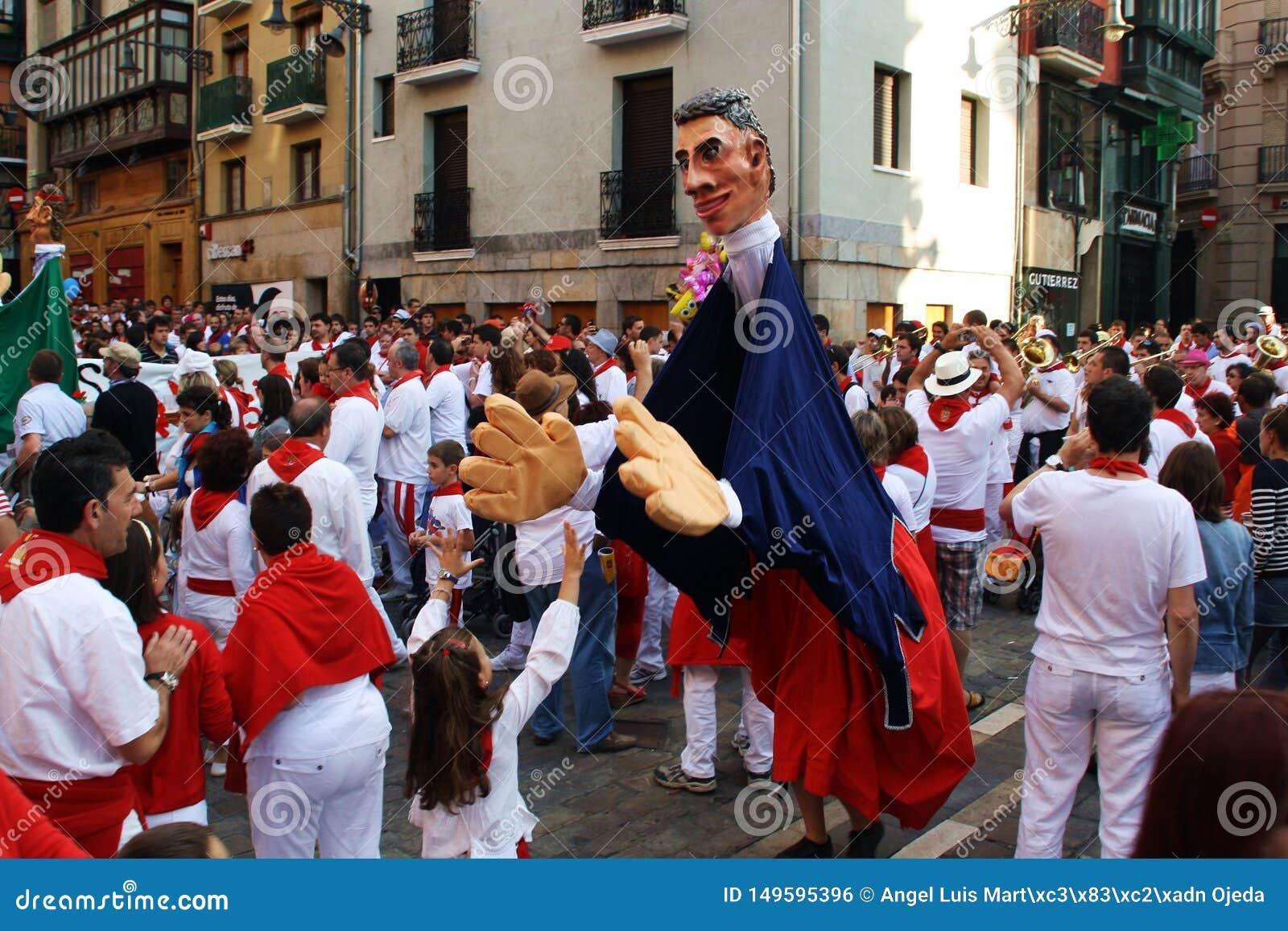 "Парад ""Giants и крупно-головы в фестивале Сан Fermín в Памплона, Испании"