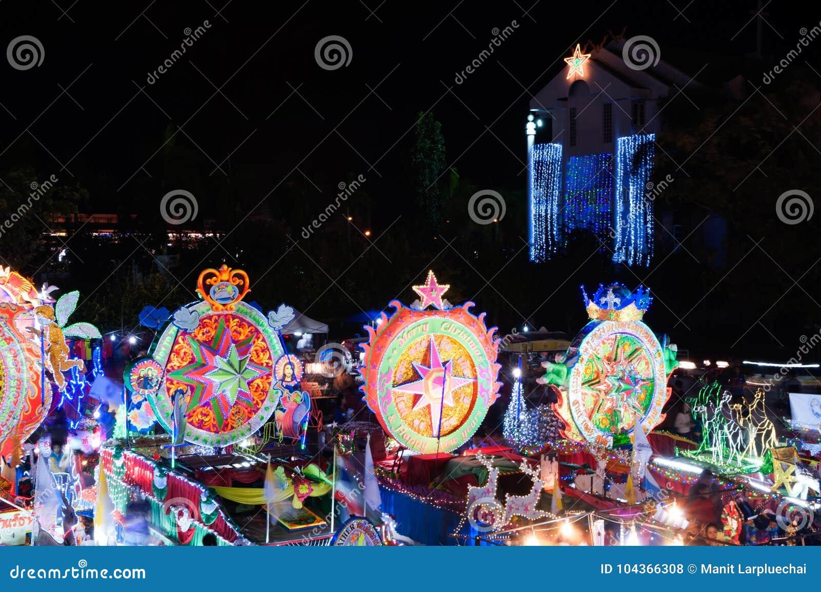 Парад Sakon Nakhon фестиваля звезды рождества в Таиланде