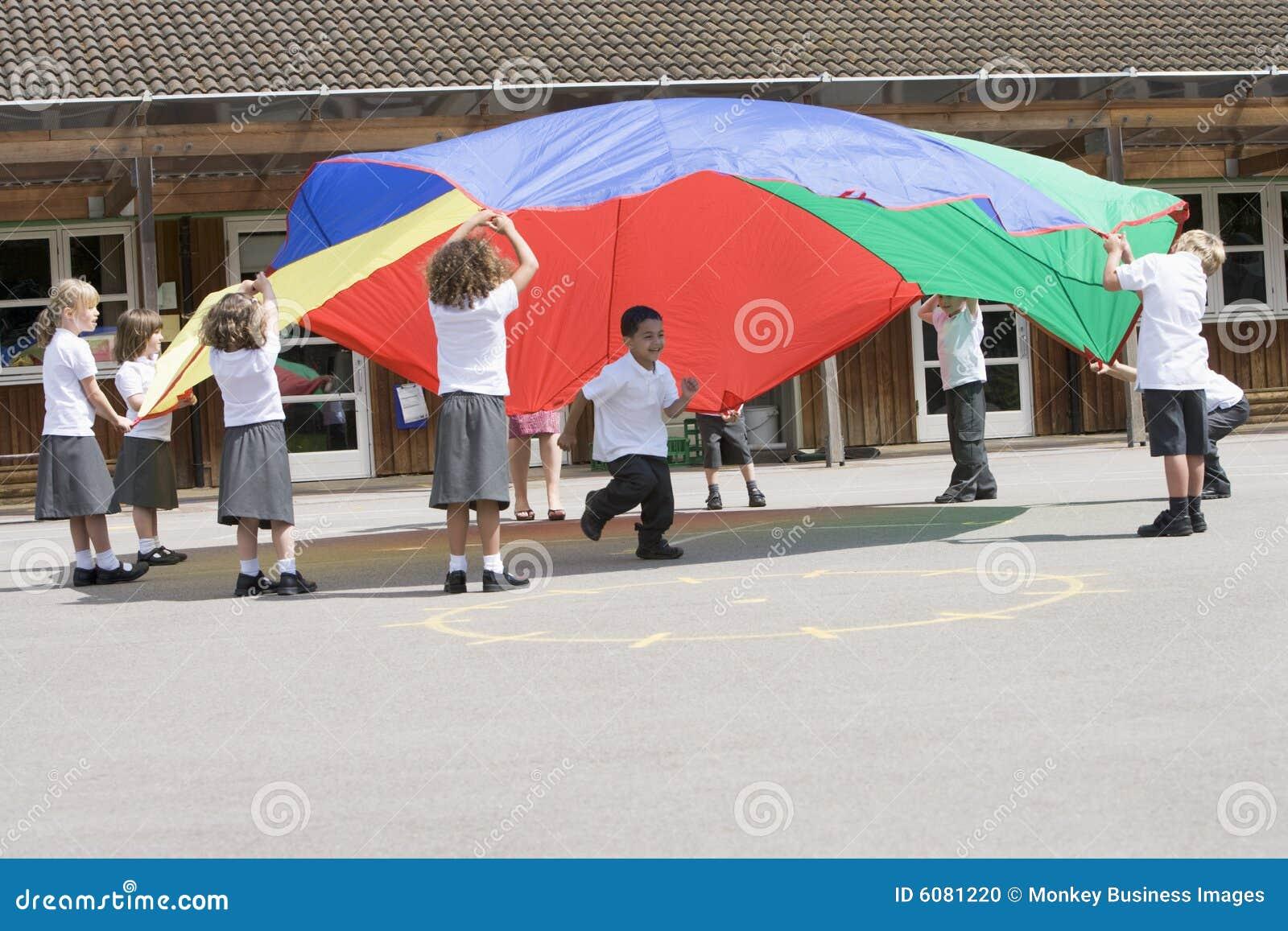 парашют детей играя детенышей