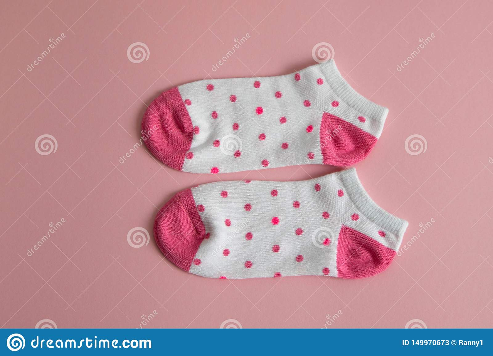 Пара белых носков для детей с розовыми носками и пяток, с розовыми точками, на розовой предпосылке Носки для девушек