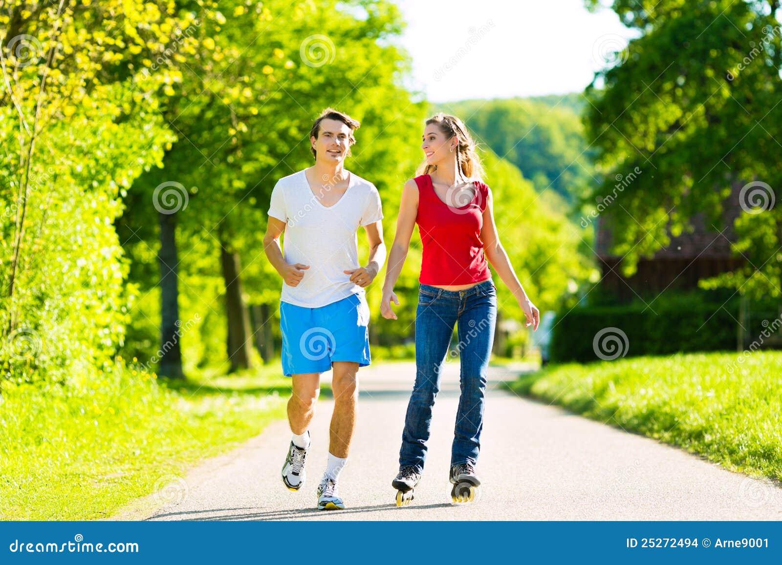 Молодежь резвится в парке