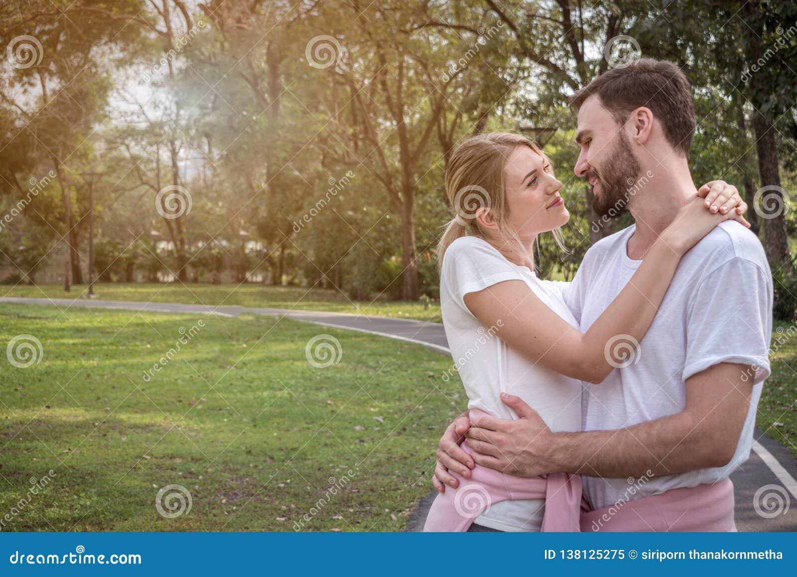 Пара обнимает один другого и имеет полезного время работы
