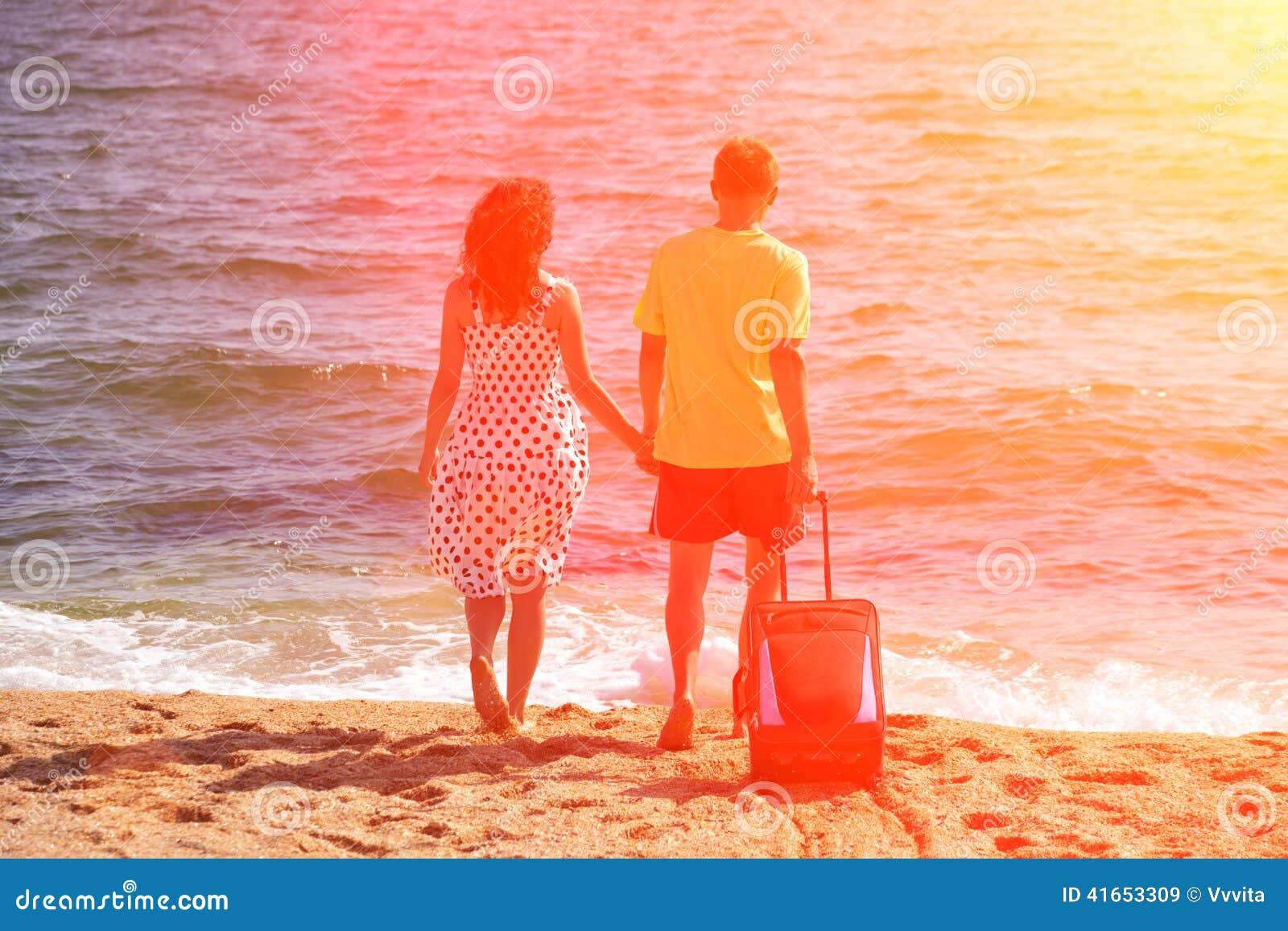 пара принципиальной схемы друзей привлекательного пляжа красивейшая eyes потеха gazing счастье имея ее портрет изображения влюбле