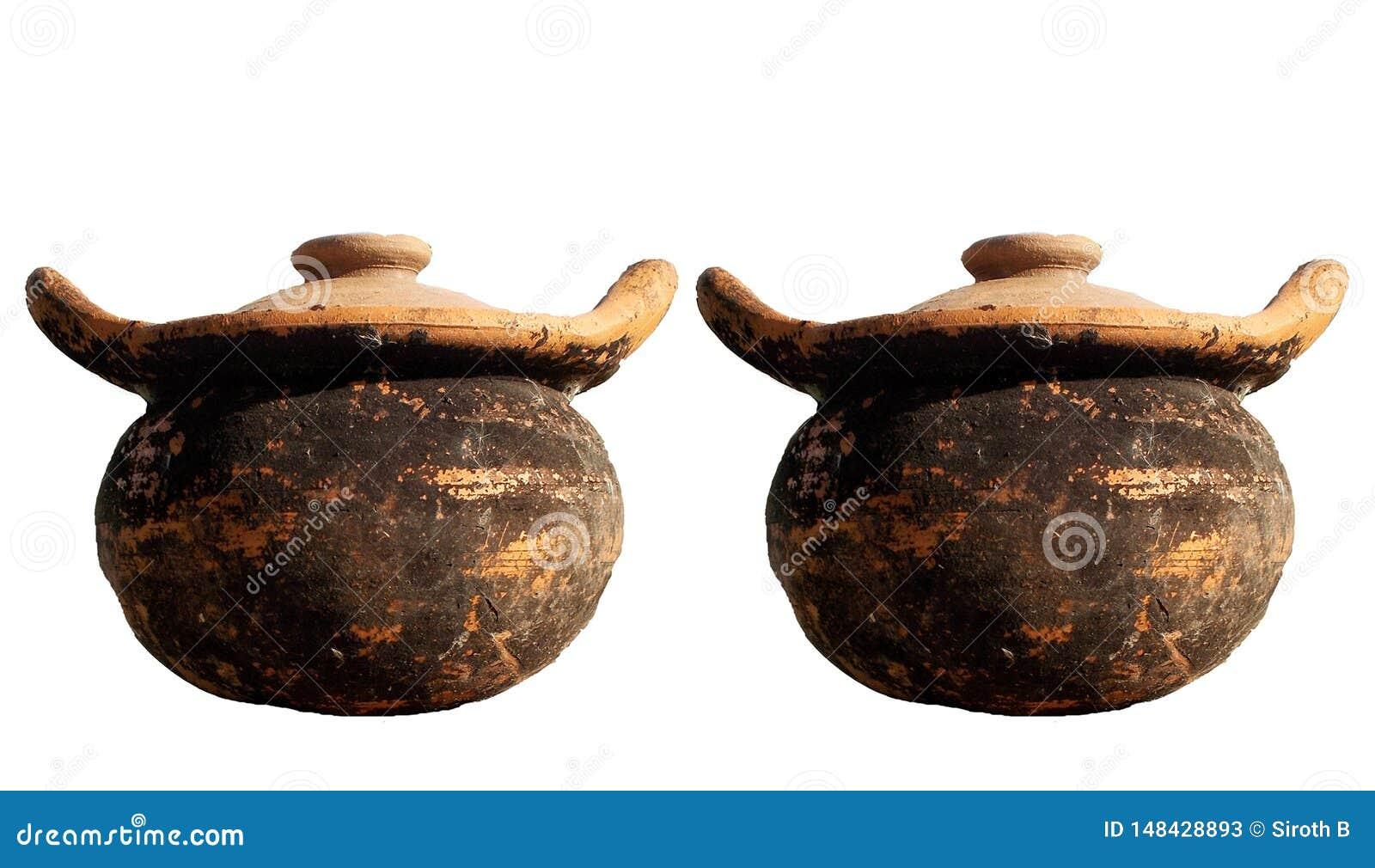 Пара старой посуды глиняных горшков изолированной на белых предпосылках