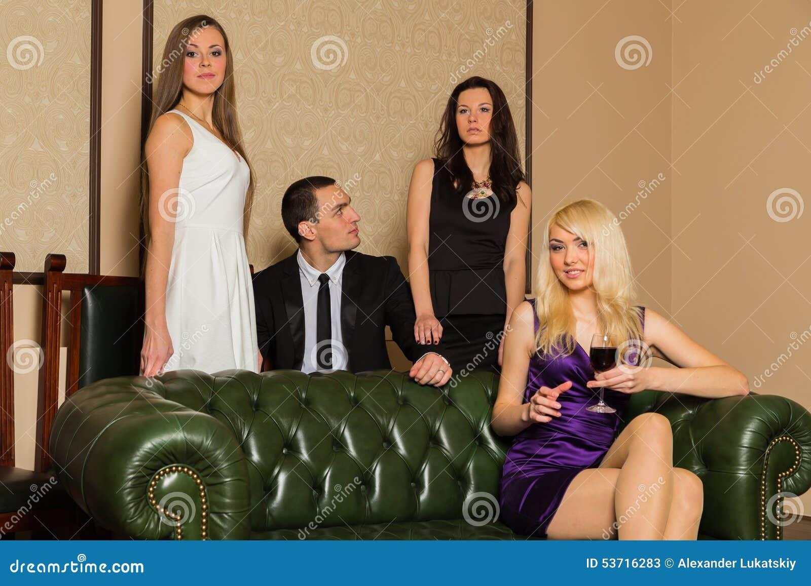три девушки с парнем