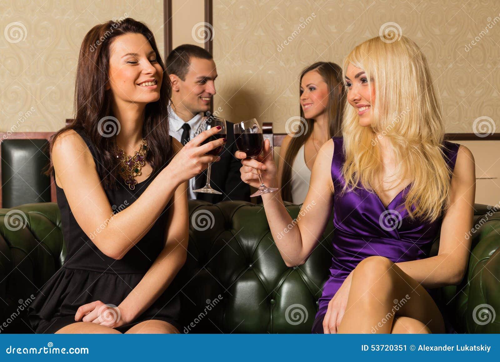Парень и 2 девушки в комнате