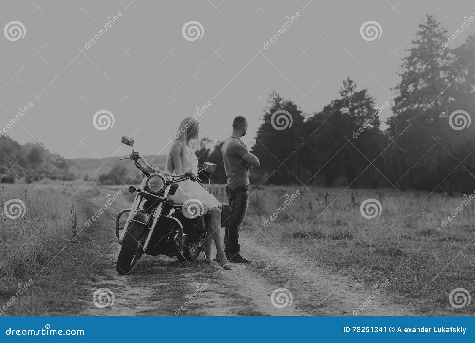 Парень с девушкой в поле на мотоцикле
