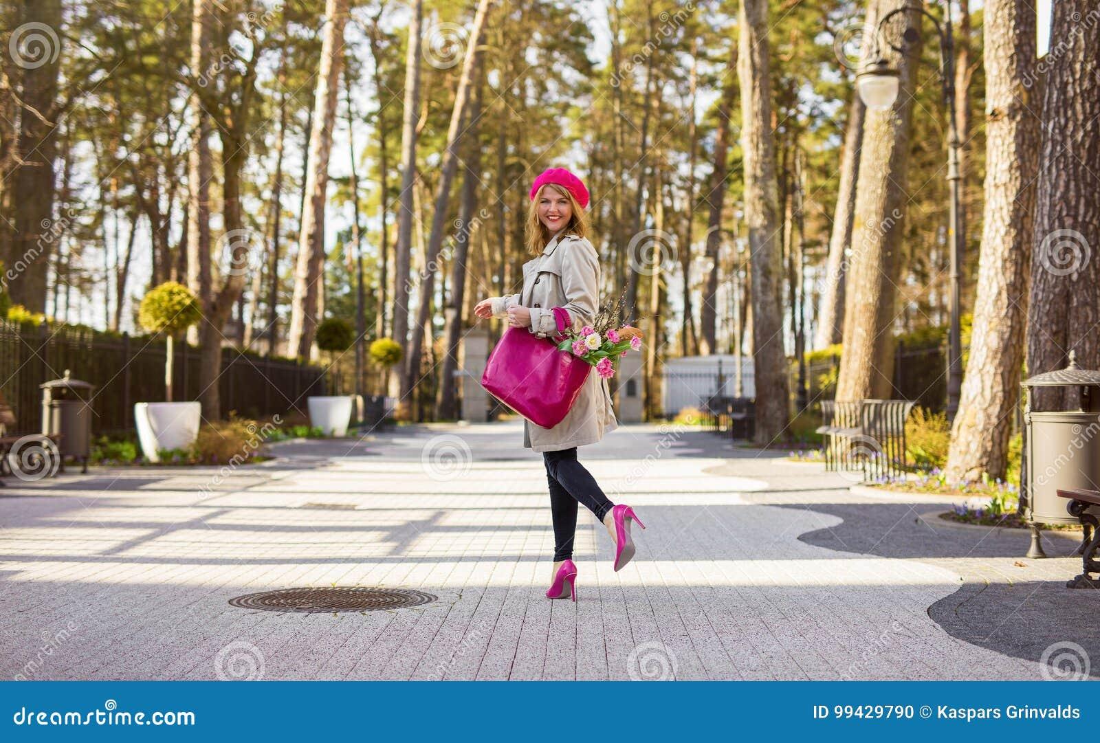 Парижская женщина идя в парк
