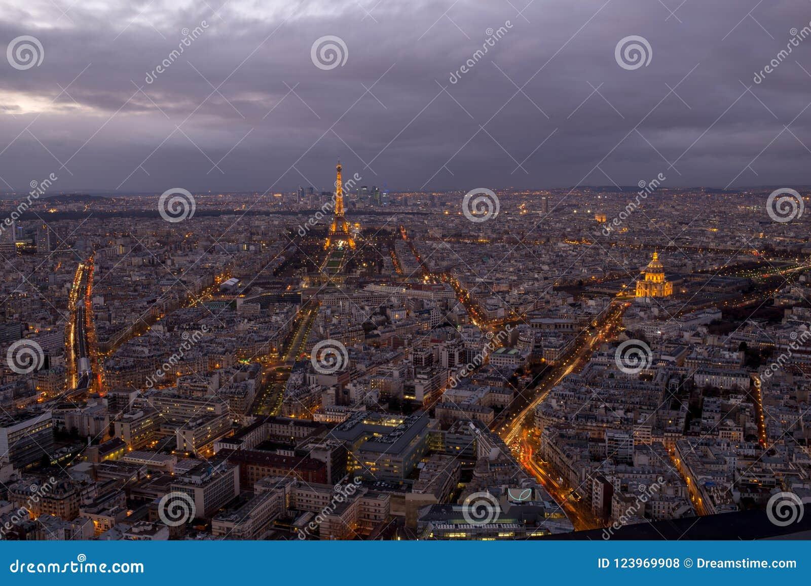 Париж к ноча с облаками